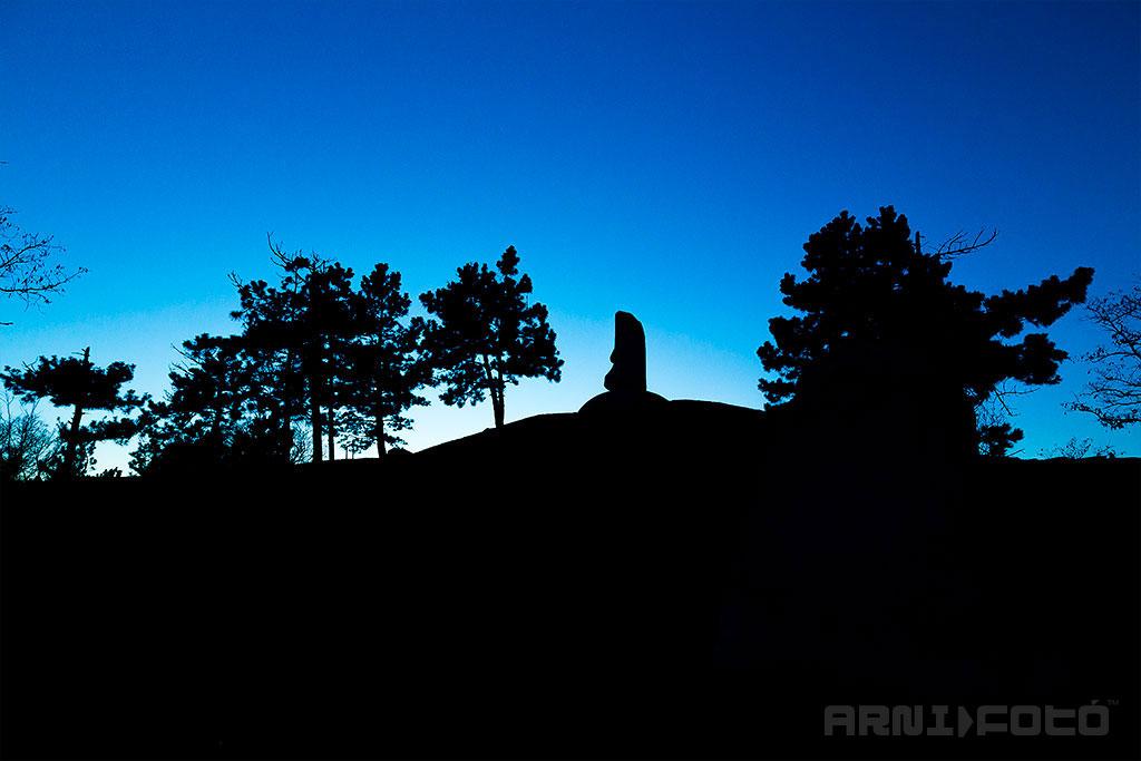 Aranybulla emlékmű, Székesfehérvár - Fent a csúcsos hegyen