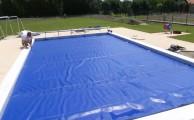 Kerti medence – Szolártakaró: egy szolárszőnyeg segítségével biztosíthatjuk az egyenletes hőmérsékletet (fotó: www.medencefedes.org)